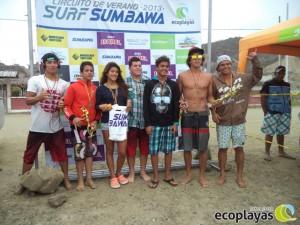 """Ganadores de la categoría Tabla de la 5ta fecha del circuito de verano """"Surf Sumbawa 2013""""."""
