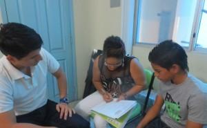 Sra. Cruz Alcibar, firmando como madre y representante legal de Santiago Bowen